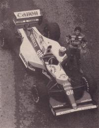 Ален Прост возле болида Формулы 1