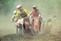 Догоняющим спортсменам из-за пыли видно хуже