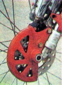 Передний дисковый тормоз упрятан в защитный кожух