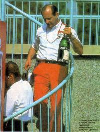 Рон Деннис с призовым шампанским