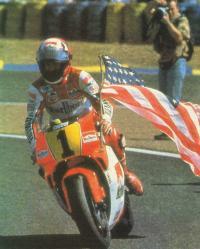 Уэйн Рэйни на мотоцикле с флагом