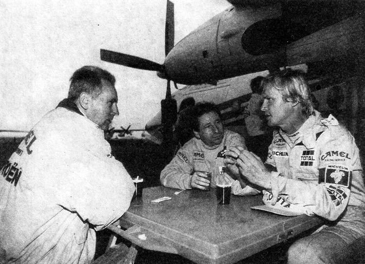 Военный совет в пустыне. Жан Тодт дает указания своим пилотам