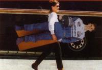 Жена Деймона Хилла Джорджия несёт его картонную копию